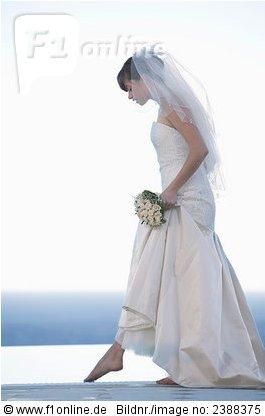 Braut heht barfüßig