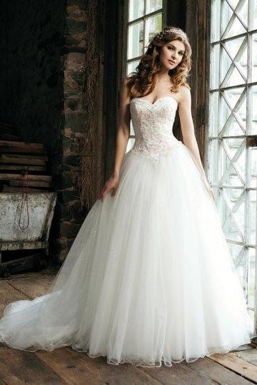 Schönes bodenlanges weißes Herz Ausschnitt Brautkleider
