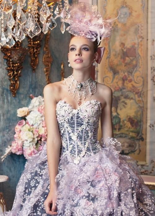 Schöne Brautkleider mit Blumen verziertes