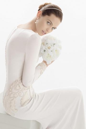 Schlichtes langes weißes Brautkleid