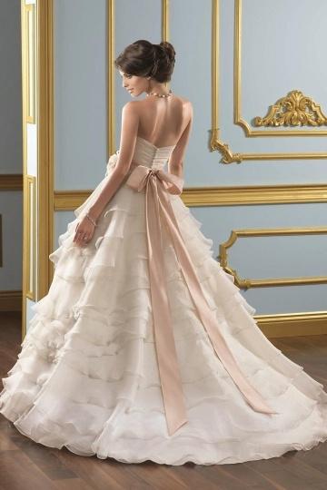 Schönes langes Brautkleid mit Schärpe