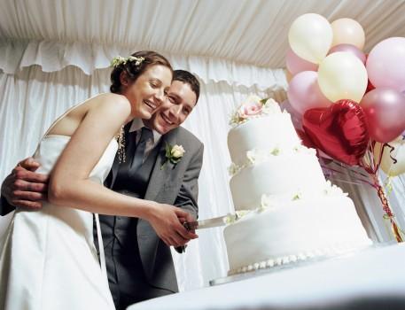 Hochzeitkuchen schneiden