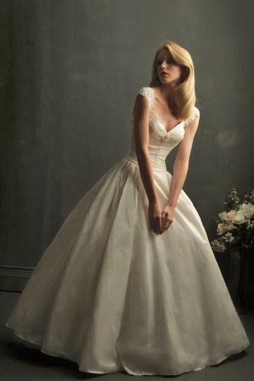 Schönes Ball Gown V Ausschnitt Ivory Brautkleider