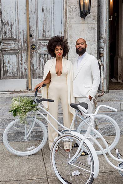 Cool-mit-Fahrrad-und-Overall-auf-der-eigenen-Hochzeit-Solange-Knowles-inlineImageCentered-b924770a-378439